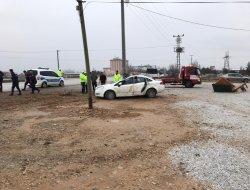 Kontrolden çıkan otomobil direğe çarptı: 1 ağır, 4 yaralı.