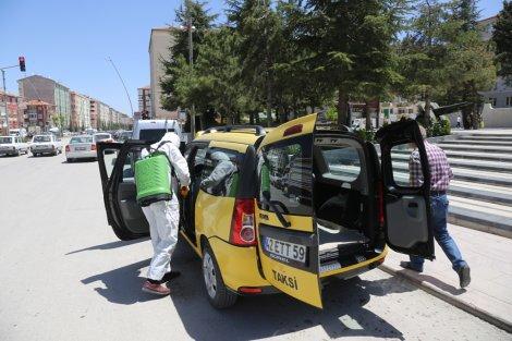 eregli-belediyesi-ticari-taksileri-dezenfekte-etmeye-devam-ediyor-001.JPG
