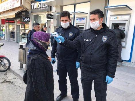 polis-sokakta-yaslilarin-atesini-olcuyor-001.jpg