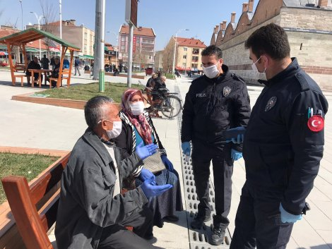 polis-sokakta-yaslilarin-atesini-olcuyor-002.jpg