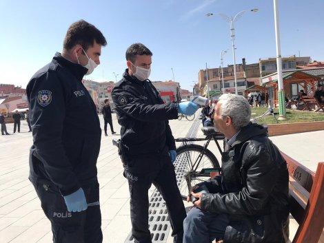 polis-sokakta-yaslilarin-atesini-olcuyor-003.jpg